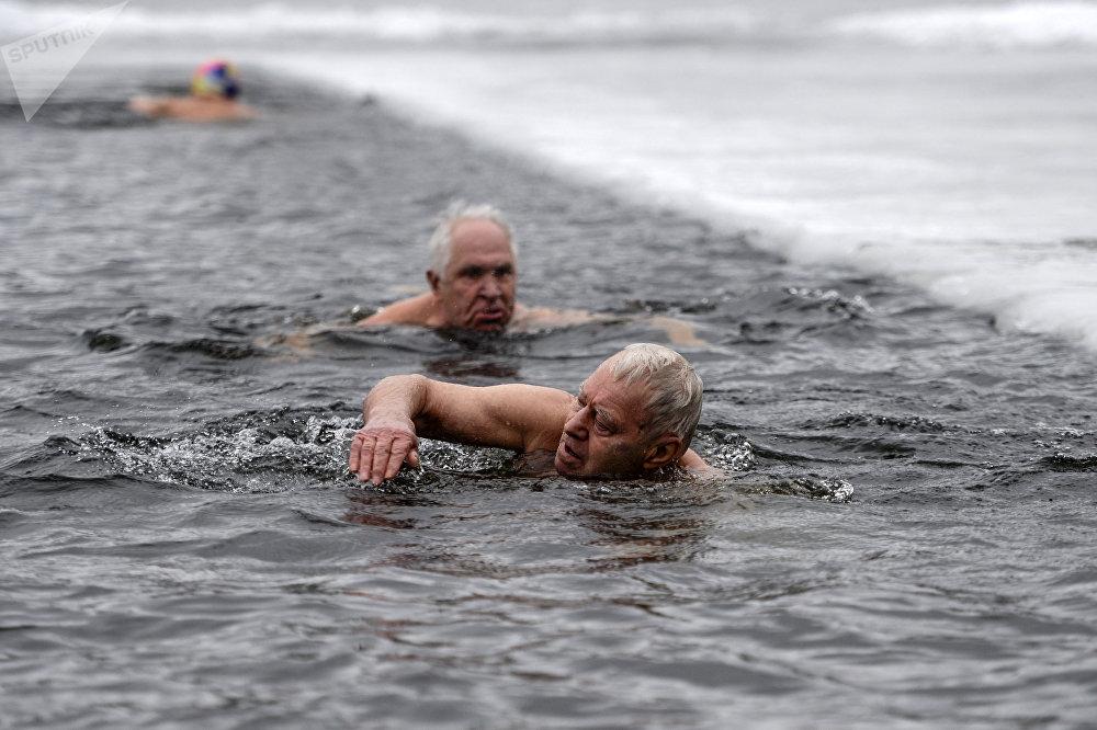 Baignade hivernale en l'honneur de la levée du siège de Leningrad