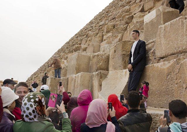 Sultan Kösen et Jyoti Amge au pied des pyramides, en Egypte. Le 26 janvier 2018