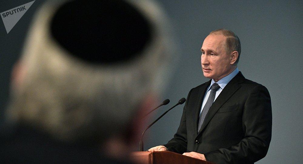 Poutine appelle à «empêcher fermement les tentatives de nier la Shoah»