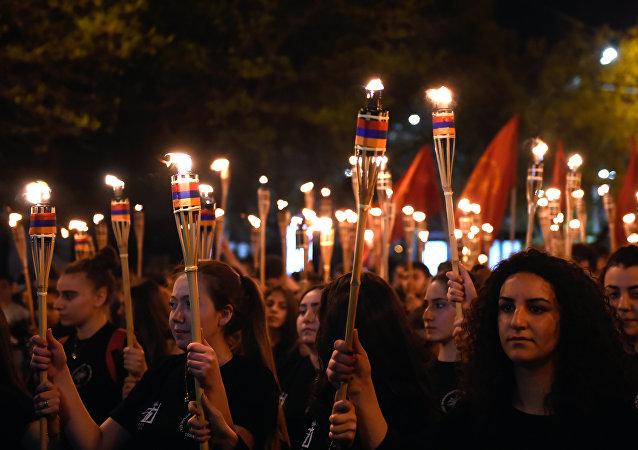 Les participants à une procession aux flambeaux consacrée à la mémoire des victimes du génocide arménien dans l'Empire ottoman de 1915, Erevan