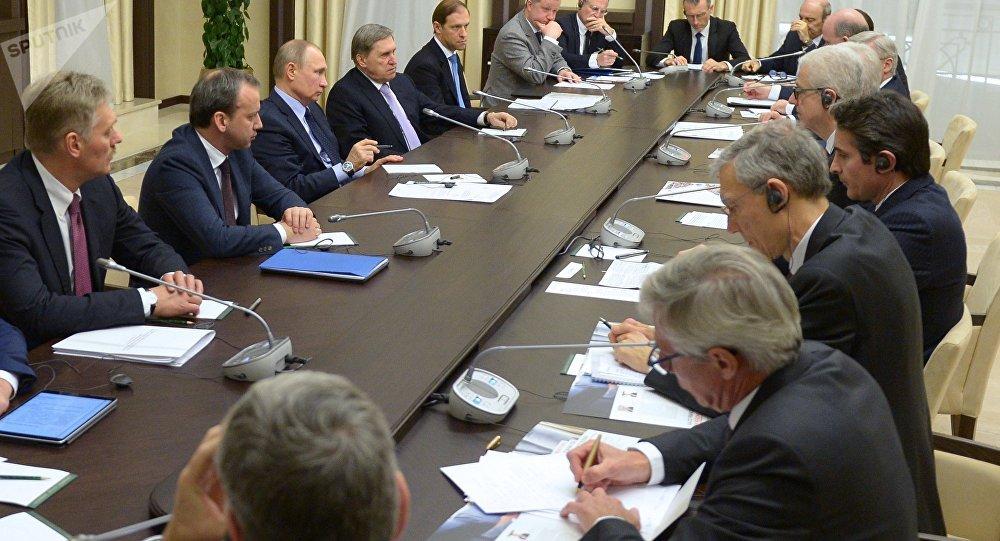Poutine rencontre des membres du Conseil économique de la Chambre de commerce et d'industrie franco-russe.