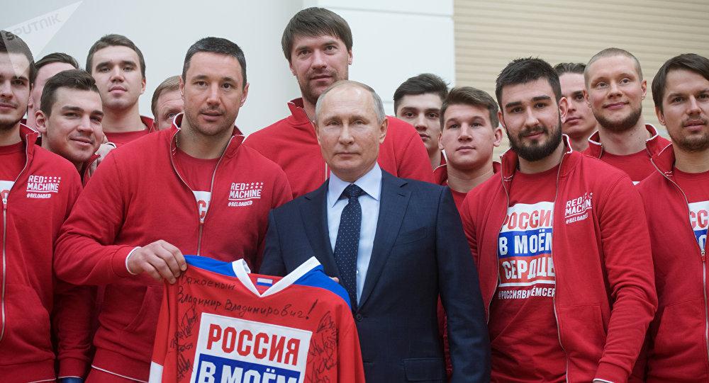 Vladimir Poutine et des membres de la sélection russe des Jeux olympiques 2018
