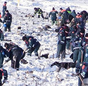 Les secouristes sur les lieux du crash de l'An-148