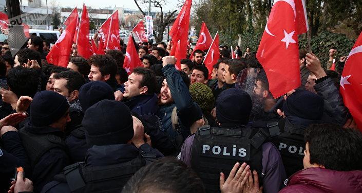 Tillerson en Turquie: la police utilise du gaz poivre contre les manifestants