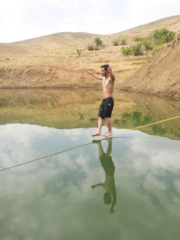 Les jeunes Iraniens font de la slackline