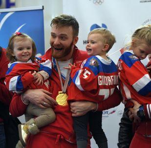 Mikhaïl Grigorenko (à gauche) avec ses enfants
