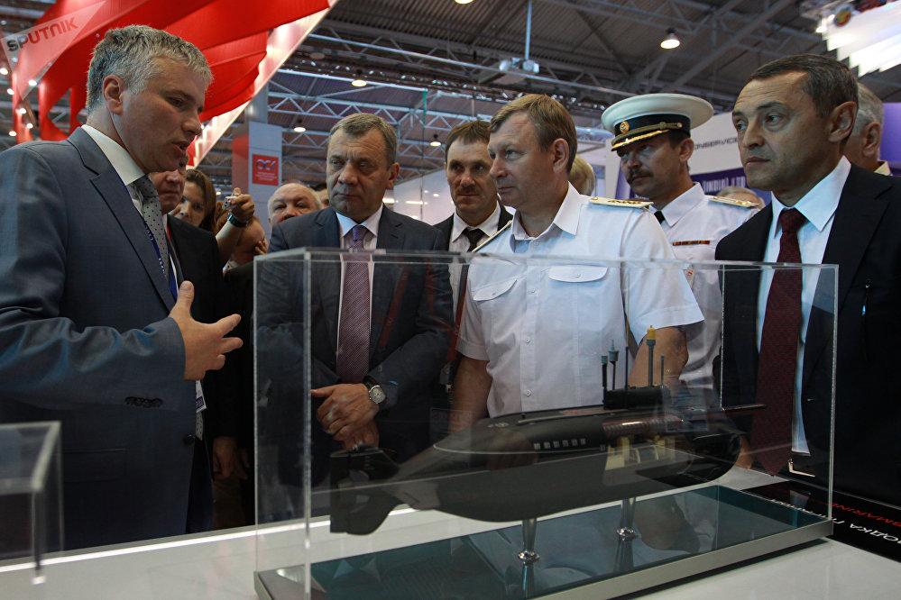 Le vice-ministre russe de la Défense, Iouri Borissov (au centre) et le commandant de la Marine russe, Viktor Tchirkov (à droite) lors du Salon naval international de Saint-Pétersbourg