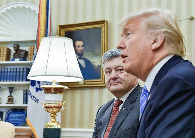 Piotr Porochenko (à gauche) et Donald Trump