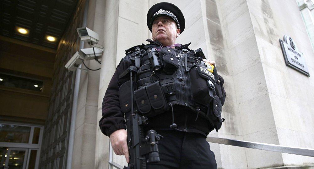 Un officier de police en poste devant le ministère de la Défense à Londres