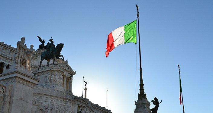 Le vote de Silvio Berlusconi perturbé par une Femen — Législatives en Italie