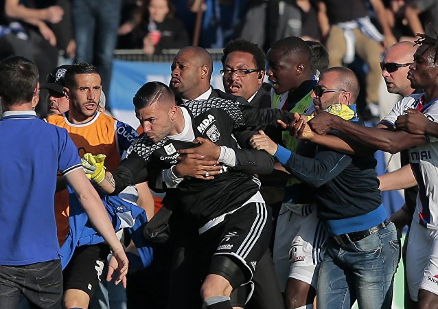 La bagarre à la mi-temps du match Bastia-Lyon