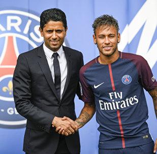 Nasser Al-Khelaifi et Neymar lors de la présentation de l'attaquant brésilien à Paris