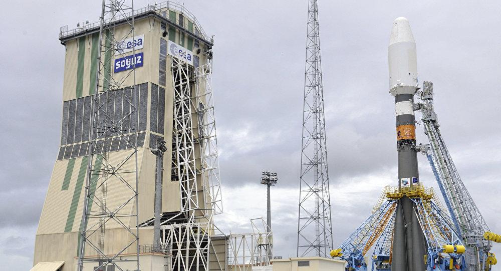 Un lanceur russe Soyouz-ST-B installé sur un pas de tir à Kourou