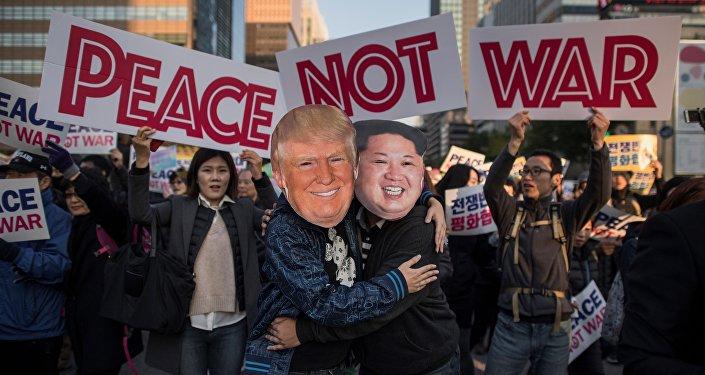 Des manifestants portant des masques de Donald Trump et de Kim Jong-un