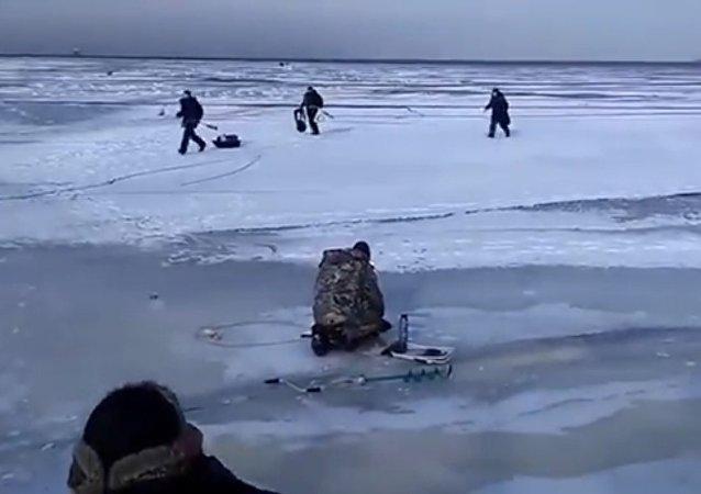 В Финском заливе рыбаки бегут по ломающемуся льду