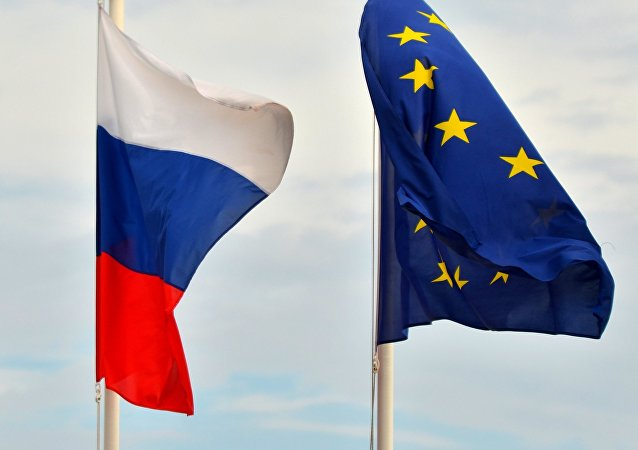 drapeaux de la Russie et de l'union européenne