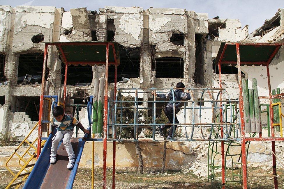 Des enfants jouent devant à Maaloula, près de Damas, libérée du joug du Front al-Nosra, organisation terroriste interdite en Syrie.