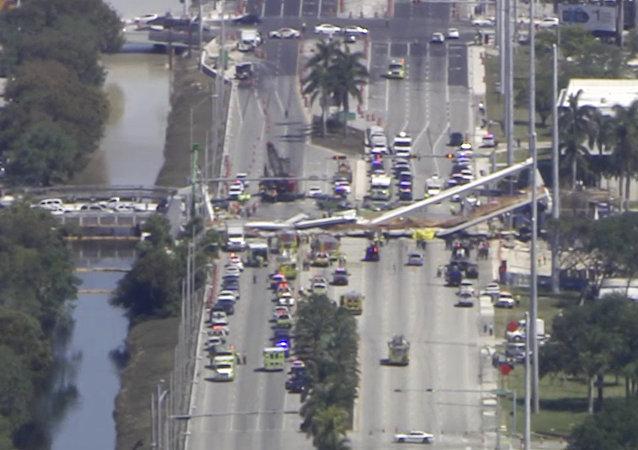 Un pont piéton s'effondre en Floride