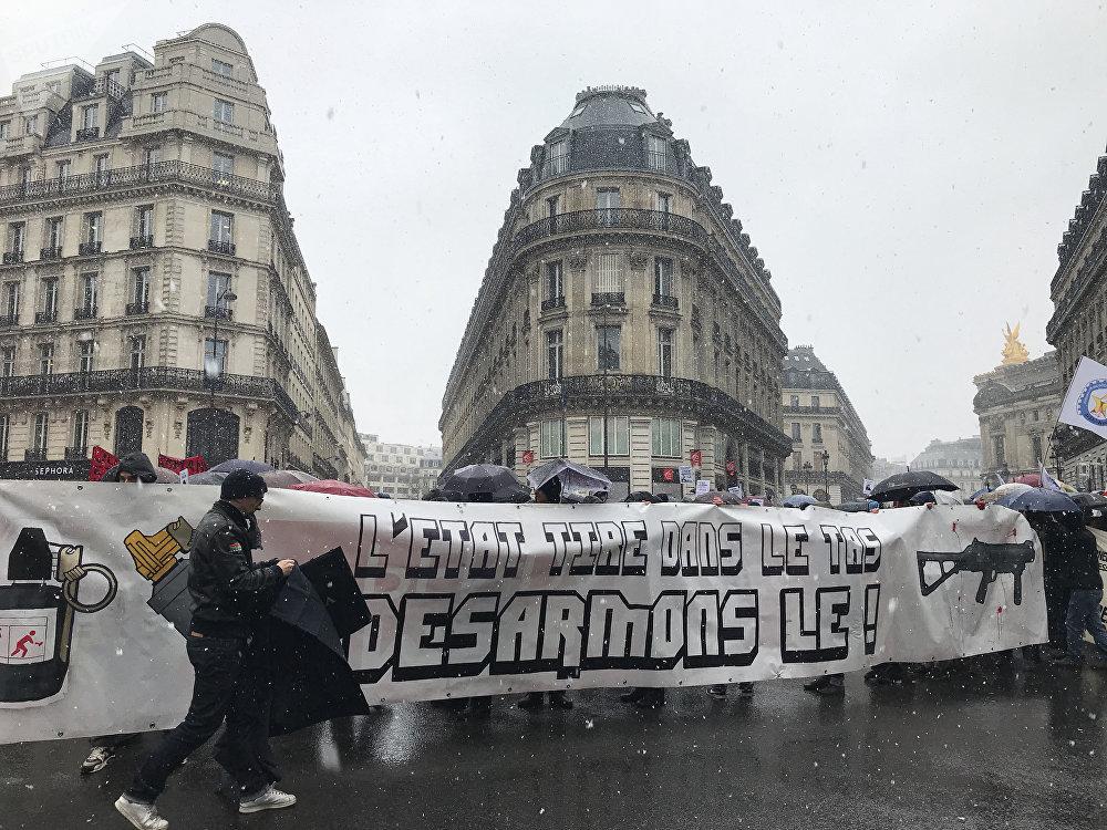 Les manifestants brandissent des pancartes «Désarmons-le»