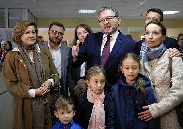 Boris Titov avec sa famille dans un bureau de vote