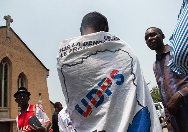 Un partisan de l'opposition pour l'Union pour la Démocratie et le Progrès social (UDPS)