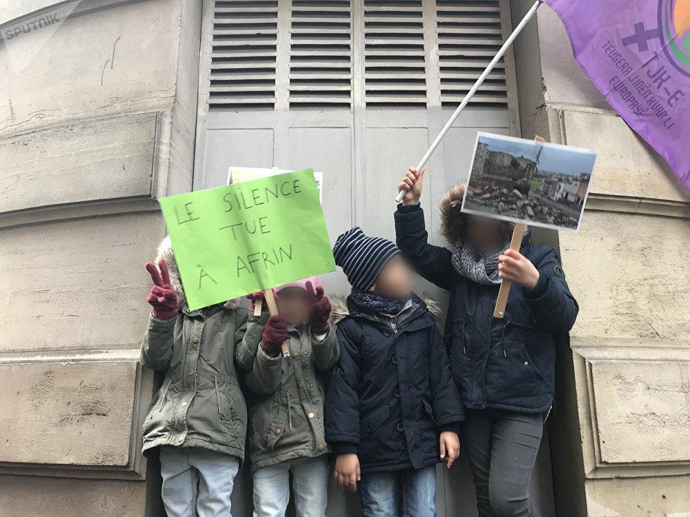 Manifestation kurde devant le siège de l'UNICEF à Paris