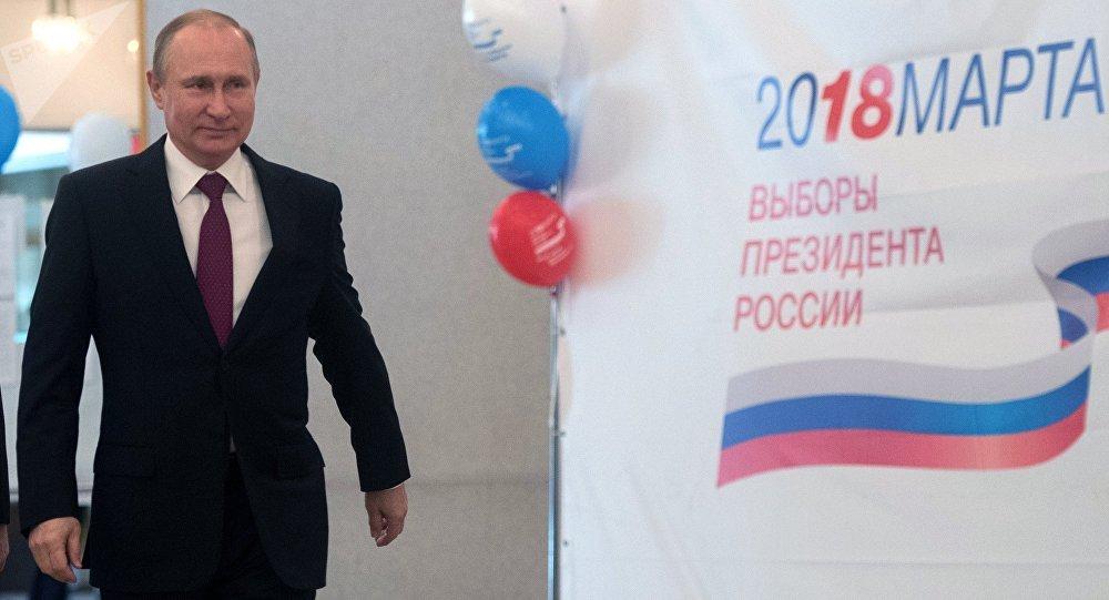 Vladimir Poutine arrivé au bureau de vote