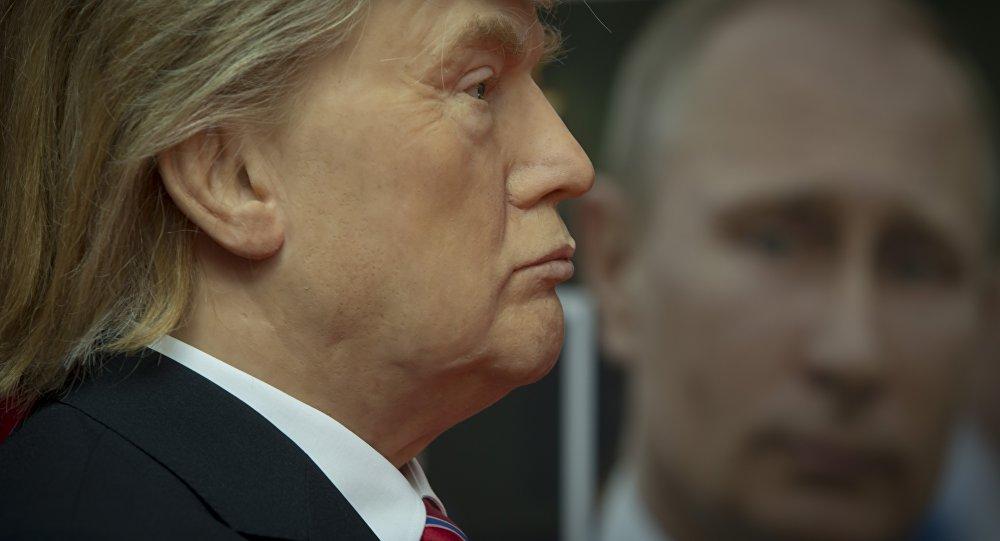 Eine Trump-Wachsfigur und ein Porträt des russischen Präsidenten Wladimir Putin