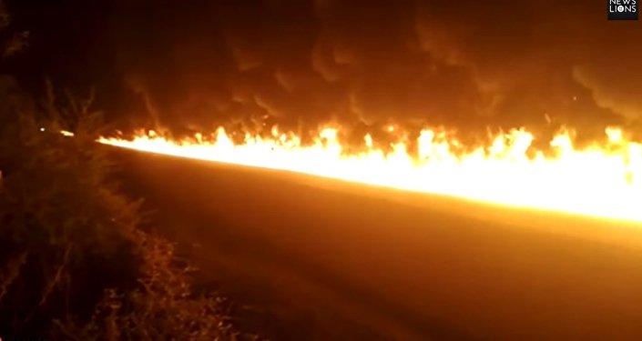 Un conducteur d'un camion-citerne sauve les gens en prenant le volant d'une voiture en feu