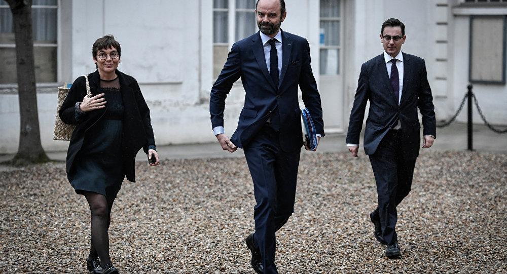 Paris, lundi 27 mars 2018. Edouard Philippe à son arrivée à l'Hôtel Matignon en compagnie de la ministre des Outre-mer Annick Girardin et du conseiller Outre-mer Xavier Brunetiere.