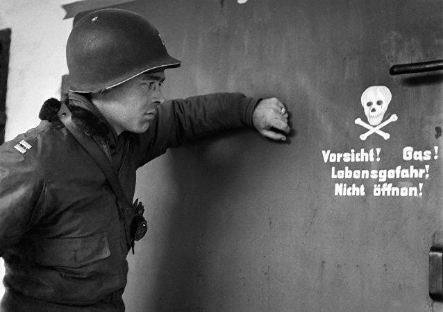 Soldat américain devant la chambre à gaz du camp de concentration de Dachau