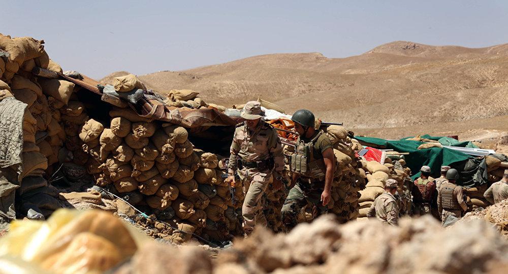 Les Kurdes irakiens gardent une position derrière des sacs de sable,Sinjar