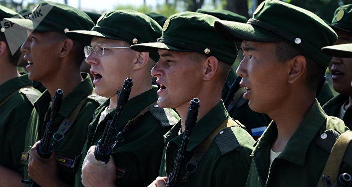 Les membres d'une brigade d'infanterie motorisée dans le territoire du Primorié