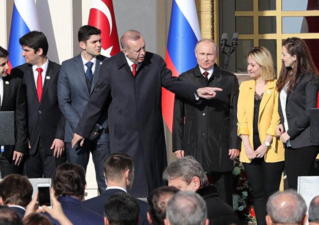 Lorsqu'Erdogan «pique» une jolie femme à Poutine