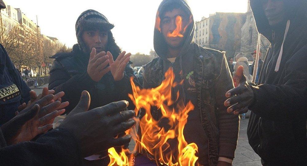 Chassés de Paris, les migrants s'installent à Saint-Denis