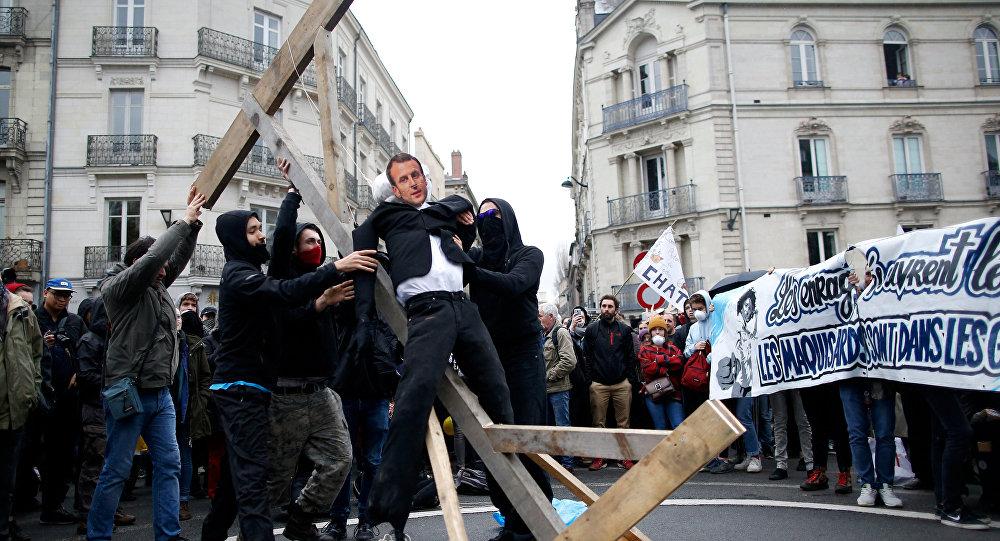 Pendu et brûlé, un mannequin à l'effigie d'Emmanuel Macron choque la Toile
