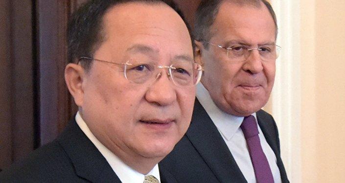 Sergueï Lavrov et Ri Yong-ho