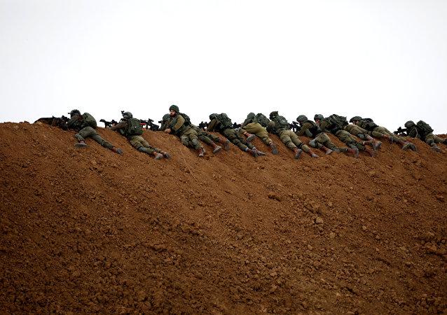 Des soldats israéliens près de la barrière à la frontière avec la bande de Gaza