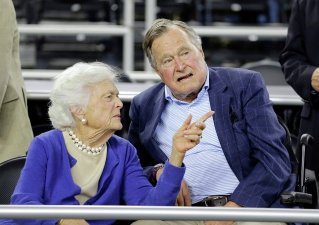 George H.W. Bush avec sa femme Barbara Bush