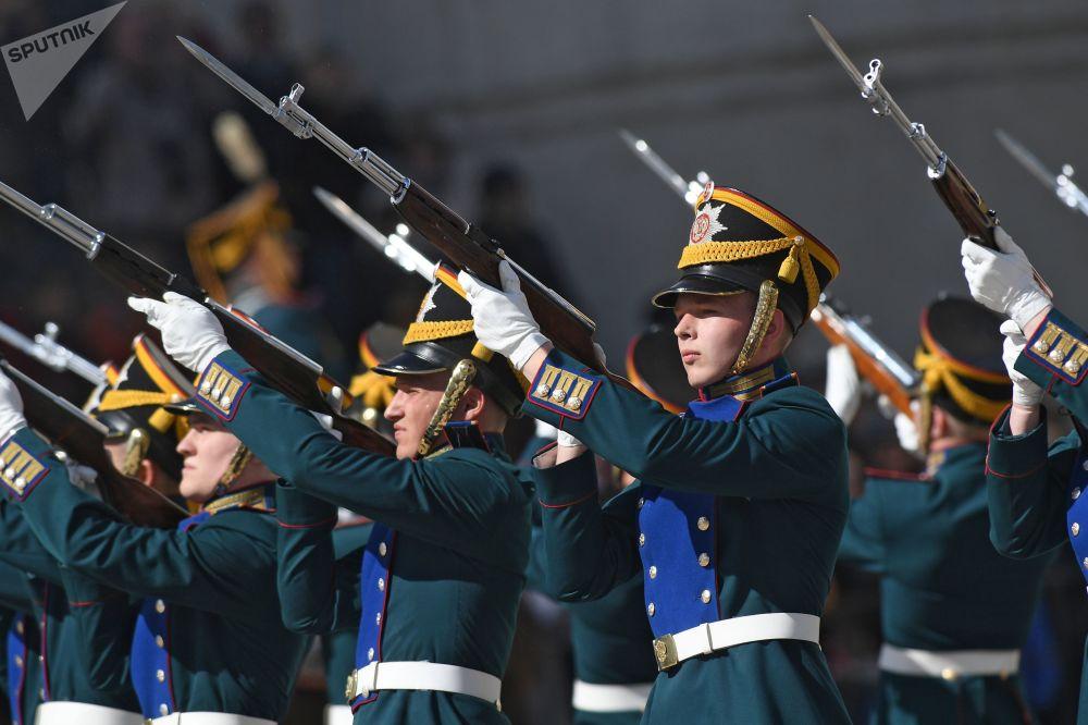 La première cérémonie de relève de la garde pédestre et équestre du Régiment présidentiel