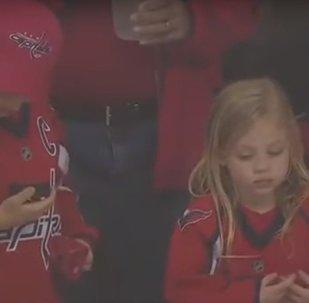 Un drame avant un match de hockey: combien d'essais faut-il pour offrir un palet à une fillette?