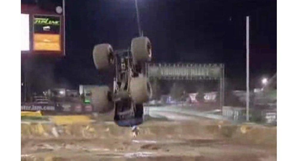 Des images uniques: la vidéo haute définition du premier front flip en monster truck
