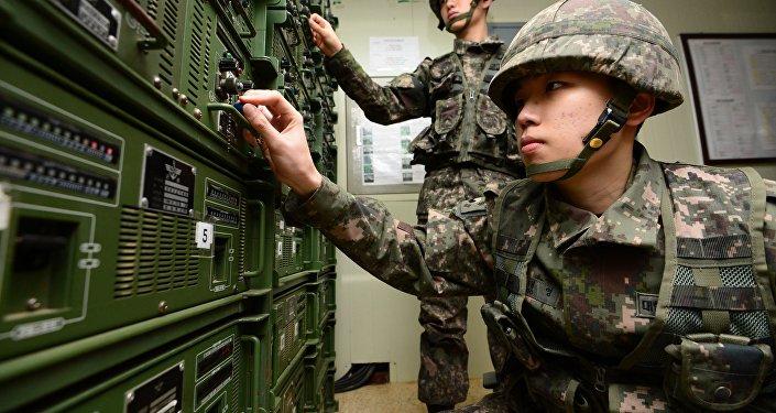 Soldats sud-coréens ajustent leur matériel de propagande