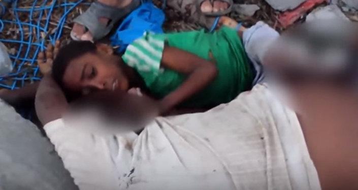 Le visage de la guerre: un garçon accroché à son père tué par une frappe au Yémen