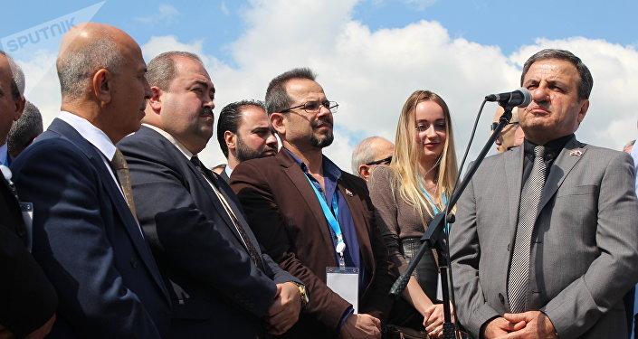 Le gouverneur de la province de Lattaquié, Ibrahim Khodr al-Salem, tient un discours lors de la cérémonie d'ouverture d'une allée de l'amitié russo-syrienne