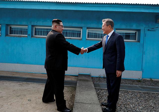 Kim Jong-un et Moon Jae-in sur la ligne de démarcation militaire qui divise la péninsule coréenne