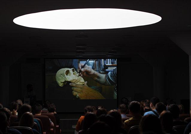 Démonstration des méthodes de reconstitution de l'apparence des êtres vivants selon leurs ossements.