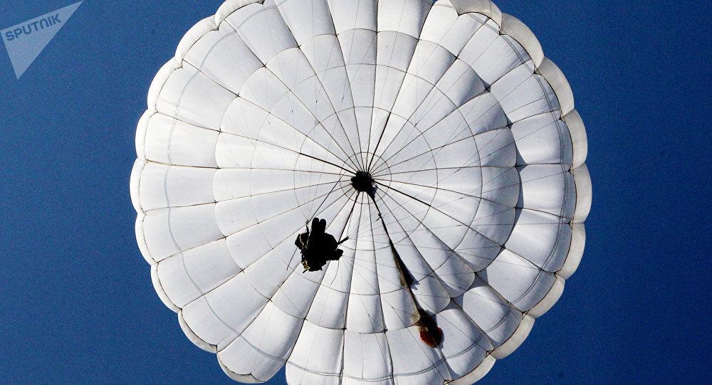 Au lieu d'ouvrir son parachute, il s'en sépare… 1036157366