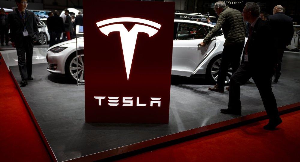 Tesla coupe court aux questions des analystes, le titre chute — Marché