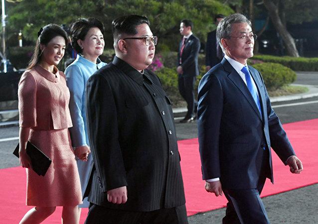 Le président sud-coréen Moon Jae-in, le dirigeant nord-coréen Kim Jong-un, l'épouse de Kim, Ri Sol-ju et l'épouse de Moon, Kim Jung-sook assistent à une cérémonie dans le cadre du sommet intercoréen à Panmunjom